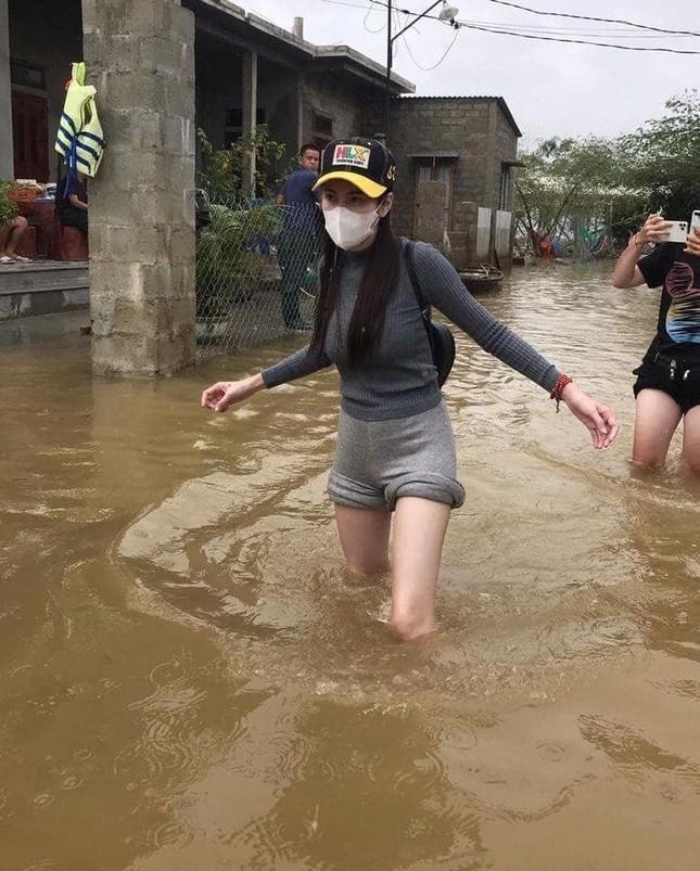 Việt Hương và MC Đại Nghĩa ủng hộ hàng tấn gạo cho miền Trung ảnh 8