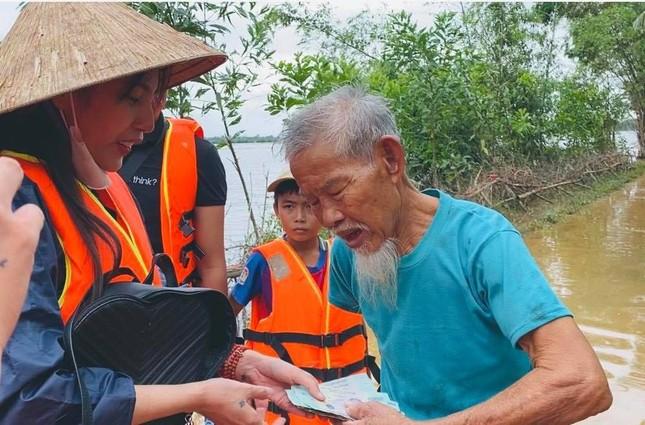 Việt Hương và MC Đại Nghĩa ủng hộ hàng tấn gạo cho miền Trung ảnh 20