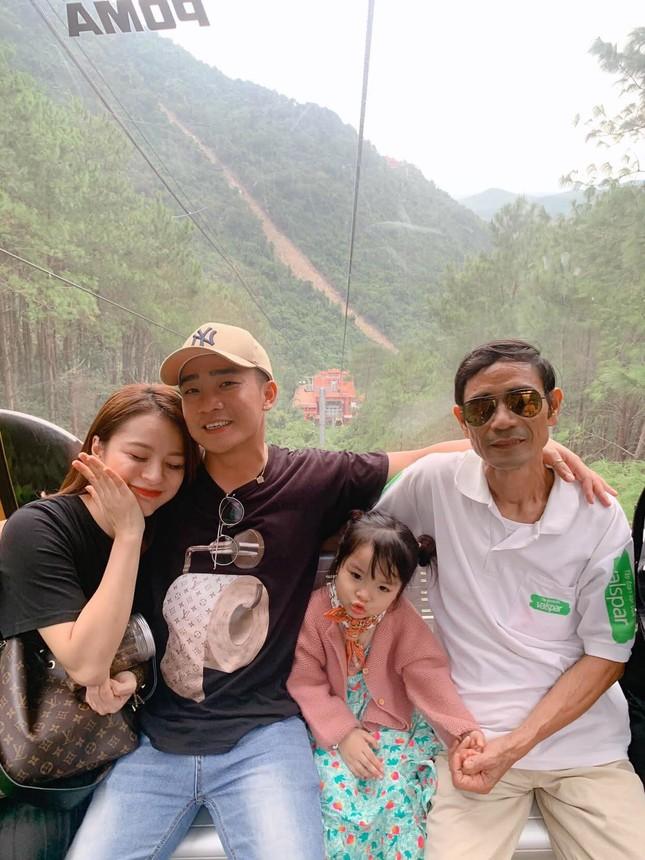 Thủy Tiên nhịn đói đi cứu trợ bà con miền Trung; Ngọc Trinh, Hương Giang đọ sắc  ảnh 9