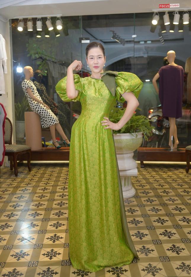 Thủy Tiên nhịn đói đi cứu trợ bà con miền Trung; Ngọc Trinh, Hương Giang đọ sắc  ảnh 16