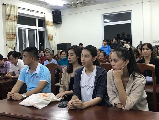 Sao Việt không ngại vào vùng lũ cứu trợ; Thanh Hương hài hước trong tạo hình mới ảnh 3