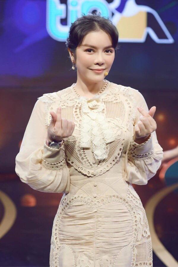 Hoài Linh kêu gọi được hơn 6 tỷ đồng cho bà con miền Trung; Tóc Tiên xuống phố cực ngầu ảnh 19