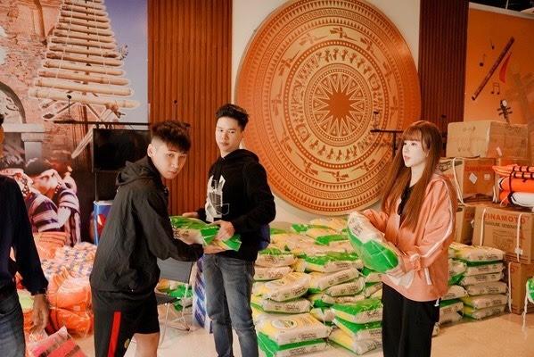 Hoài Linh kêu gọi được hơn 6 tỷ đồng cho bà con miền Trung; Tóc Tiên xuống phố cực ngầu ảnh 21