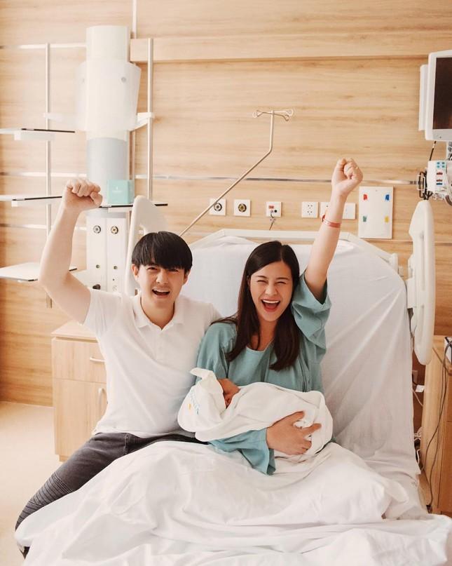 """Lưu Hương Giang khoe ảnh """"hậu dao kéo""""; Đông Nhi """"pose hình"""" ngay sau sinh bé Winnie ảnh 19"""