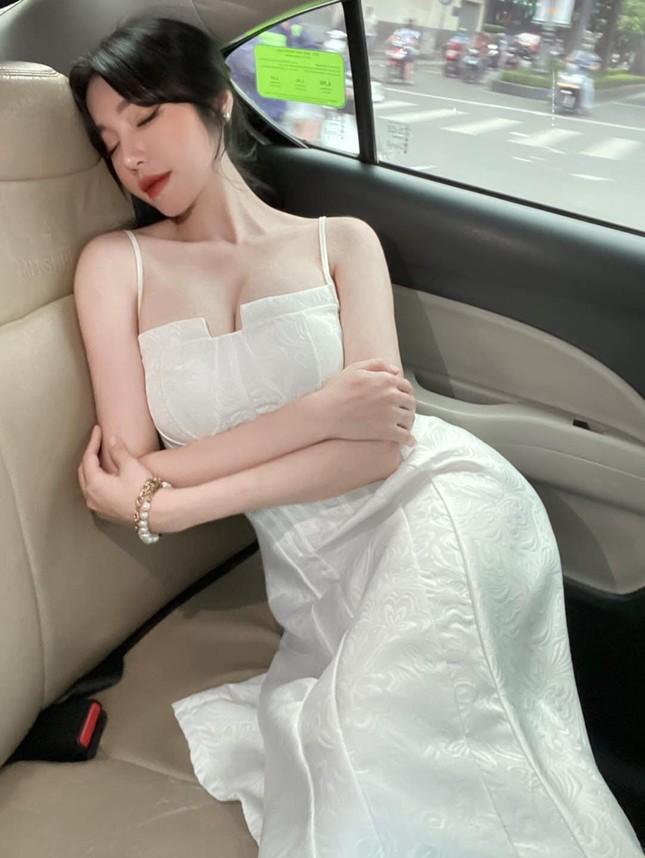 """Elly Trần hóa """"công chúa ngủ trong ô tô""""; vợ chồng Đông Nhi vui mừng đón con gái về nhà ảnh 23"""