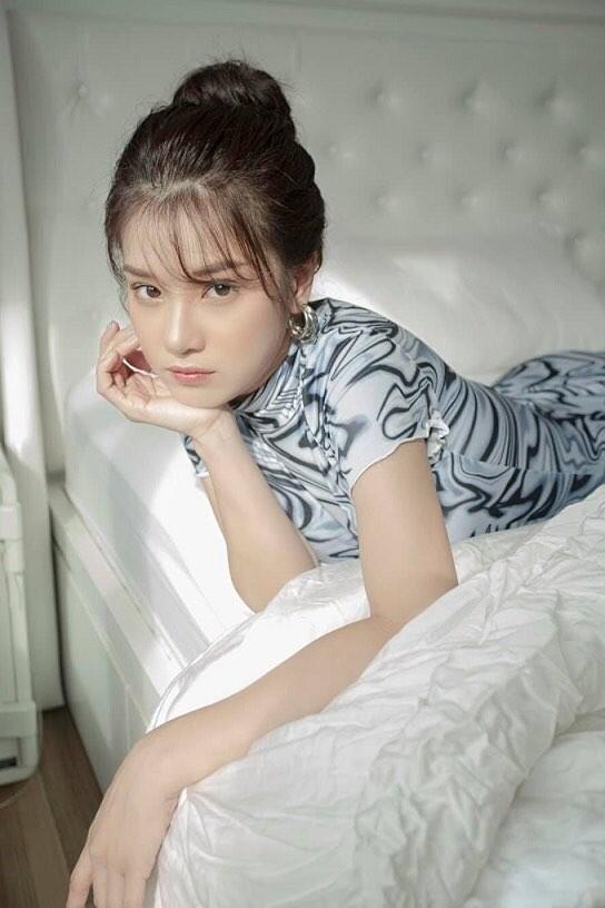 """Elly Trần hóa """"công chúa ngủ trong ô tô""""; vợ chồng Đông Nhi vui mừng đón con gái về nhà ảnh 1"""