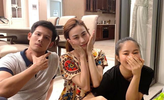 """Elly Trần hóa """"công chúa ngủ trong ô tô""""; vợ chồng Đông Nhi vui mừng đón con gái về nhà ảnh 20"""