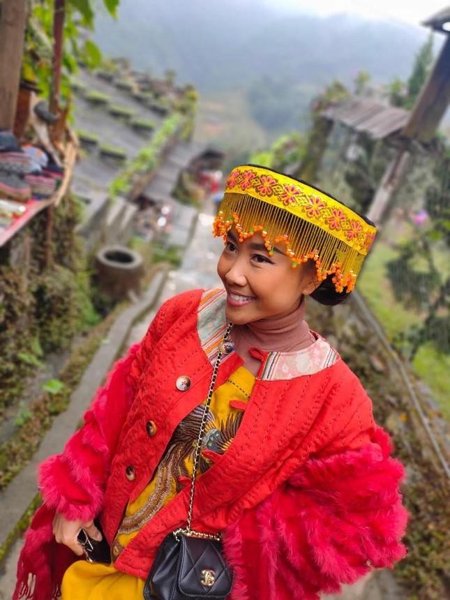 H'Hen Niê nhuộm tóc nâu vàng, diện áo dài duyên dáng; Miu Lê - đại sứ bánh tráng trộn ảnh 15