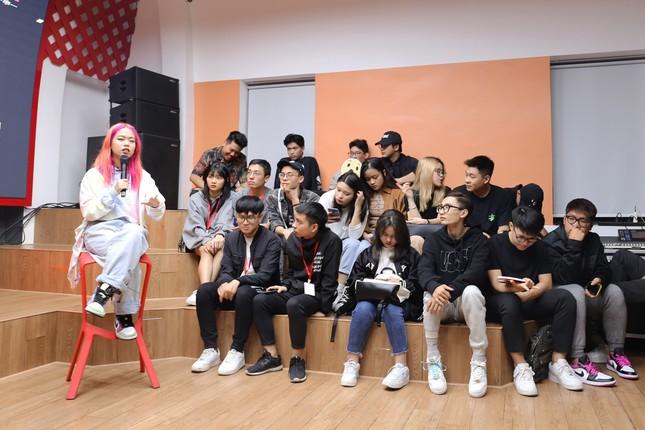 Rapper Tlinh chia sẻ con đường chinh phục ước mơ cùng các bạn sinh viên ảnh 4