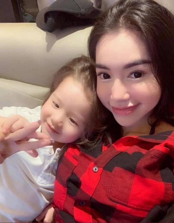 Thu Trang được fan khen trẻ như gái 18; Dế Choắt hỗ trợ bà con miền Trung sửa nhà ảnh 12