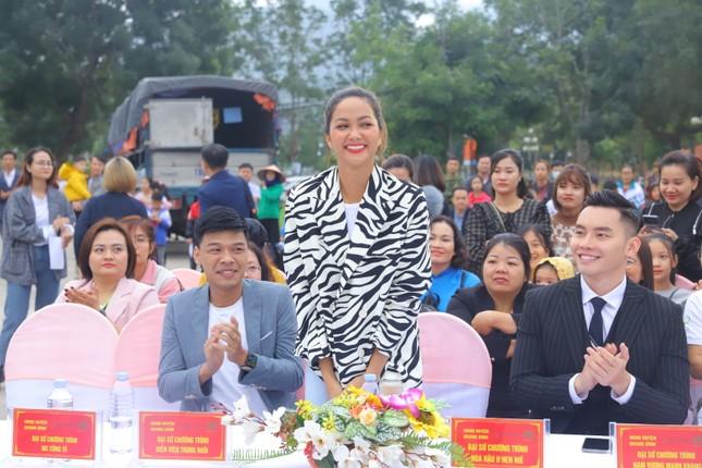Hari Won, H'Hen Niê tuyên truyền chống tảo hôn tại Hà Giang ảnh 7