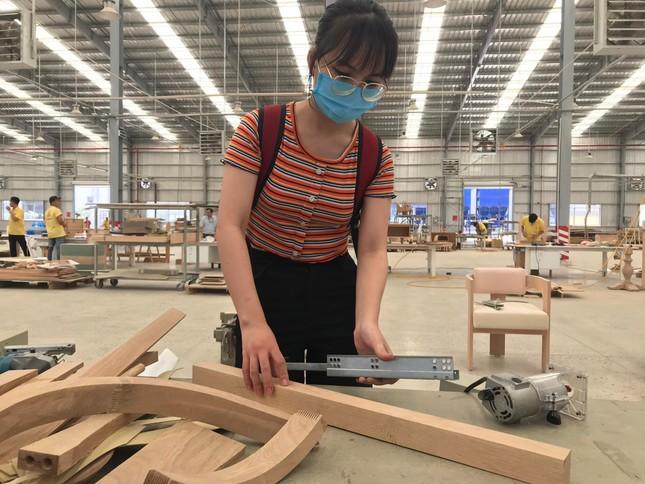 Sinh viên vào nhà máy…làm tác phẩm ảnh 1