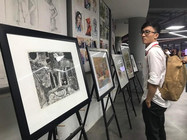 """Sinh viên tham gia trại sáng tác """"Đồ họa và tranh in Việt Nam – Quốc tế 2021""""  ảnh 2"""