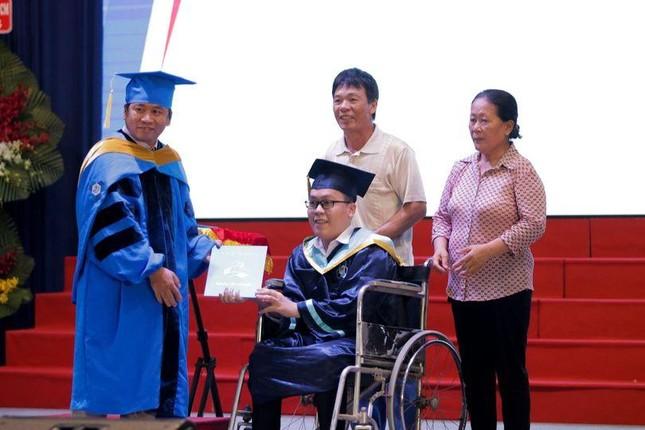 Tân Kỹ sư ngành Máy tính nhận bằng tốt nghiệp trên xe lăn ảnh 1