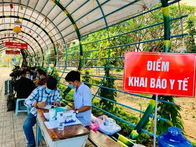 Sinh viên trường ĐH Sài Gòn phải khai báo y tế hằng ngày mới được đến trường.  ảnh 1