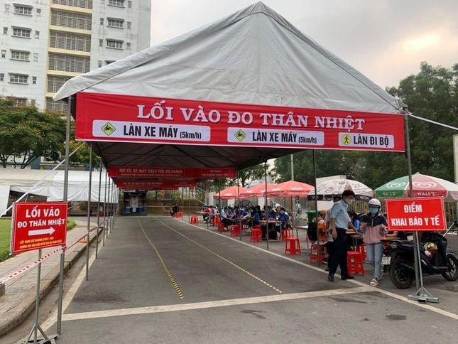 Sinh viên trường ĐH Sài Gòn phải khai báo y tế hằng ngày mới được đến trường.  ảnh 2