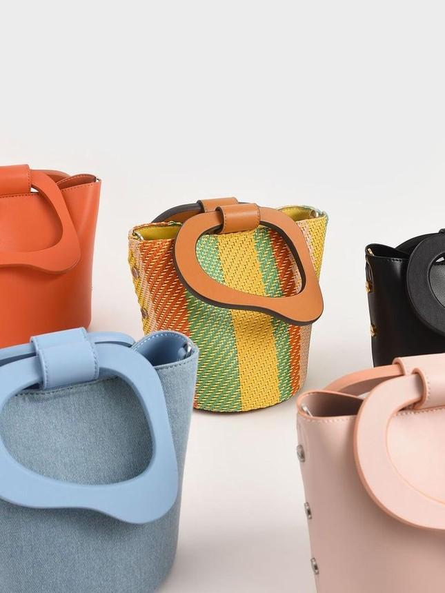"""4 mẫu túi xách cổ điển """"hot"""" trở lại, phong cách nữ tính và thanh lịch lại lên ngôi Hè này ảnh 7"""