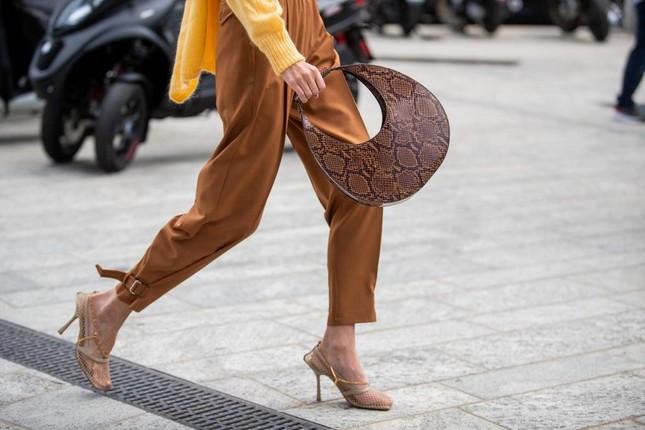 """4 mẫu túi xách cổ điển """"hot"""" trở lại, phong cách nữ tính và thanh lịch lại lên ngôi Hè này ảnh 8"""