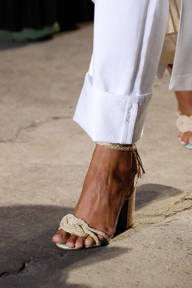 """Denim và đan dệt - hai chất liệu """"hot"""" nhất Xuân Hè năm nay, phủ sóng đến cả xu hướng giày ảnh 1"""