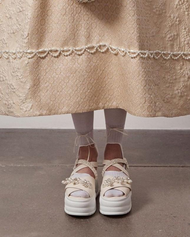 """""""Giày cao gót là niềm vui đi kèm với nỗi đau"""", câu nói này giờ đã không còn đúng nữa! ảnh 5"""