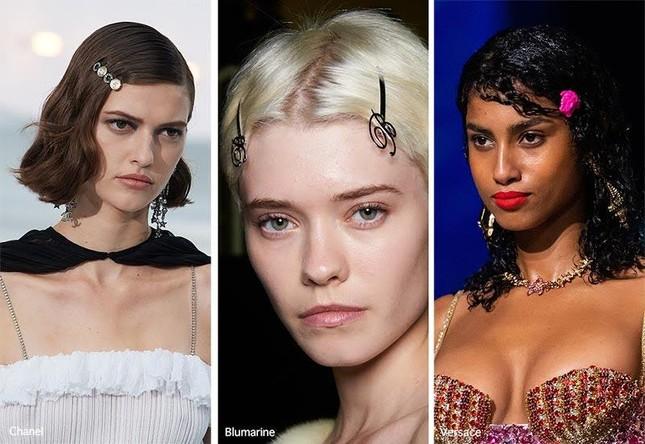 """Hè năm nay, ngoài ruy-băng """"hot"""" nhờ BLACKPINK, còn phụ kiện tóc nào dễ ứng dụng? ảnh 6"""