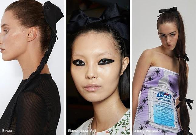 """Hè năm nay, ngoài ruy-băng """"hot"""" nhờ BLACKPINK, còn phụ kiện tóc nào dễ ứng dụng? ảnh 2"""
