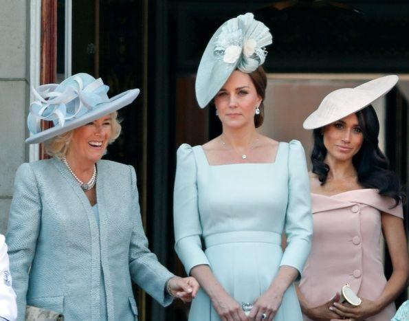 Vì sao từ nay Kate Middleton vẫn tiếp tục được đội mũ, nhưng Meghan Markle thì không?  ảnh 5