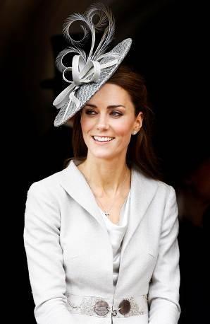 Vì sao từ nay Kate Middleton vẫn tiếp tục được đội mũ, nhưng Meghan Markle thì không?  ảnh 2