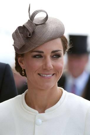 Vì sao từ nay Kate Middleton vẫn tiếp tục được đội mũ, nhưng Meghan Markle thì không?  ảnh 6