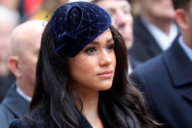Vì sao từ nay Kate Middleton vẫn tiếp tục được đội mũ, nhưng Meghan Markle thì không?  ảnh 7