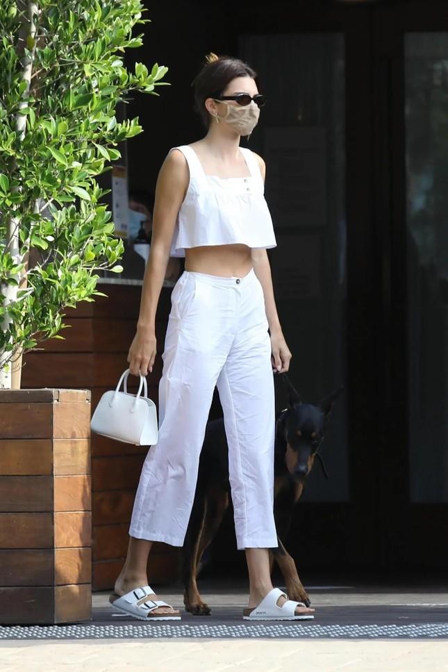 """Nhìn Kendall Jenner mặc gì là biết món đồ nào sắp lên ngôi, có cả áo """"đụng hàng"""" Jennie! ảnh 12"""