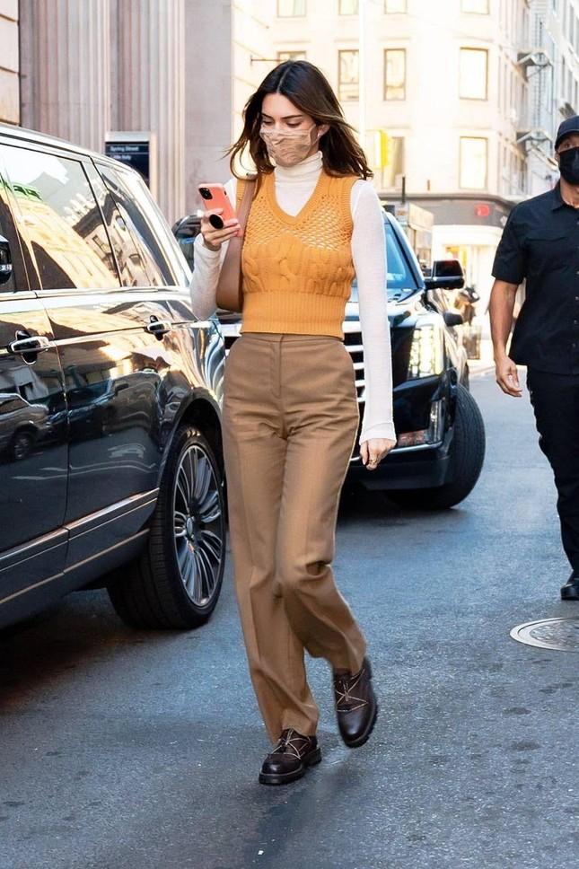 """Nhìn Kendall Jenner mặc gì là biết món đồ nào sắp lên ngôi, có cả áo """"đụng hàng"""" Jennie! ảnh 5"""