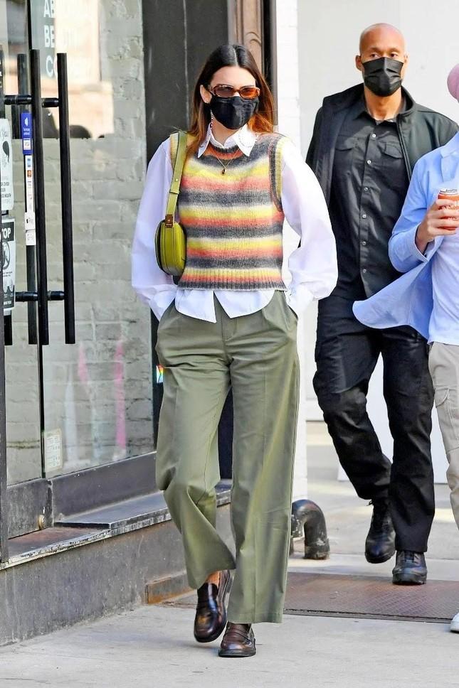 """Nhìn Kendall Jenner mặc gì là biết món đồ nào sắp lên ngôi, có cả áo """"đụng hàng"""" Jennie! ảnh 14"""