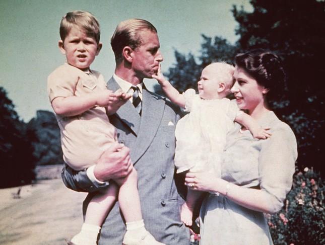 5 bí quyết giúp hôn nhân của Nữ hoàng Elizabeth II và Hoàng thân Philip bền vững 70 năm ảnh 4
