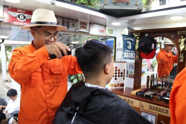 Xe cắt tóc cho sinh viên ở Làng Đại học ảnh 8