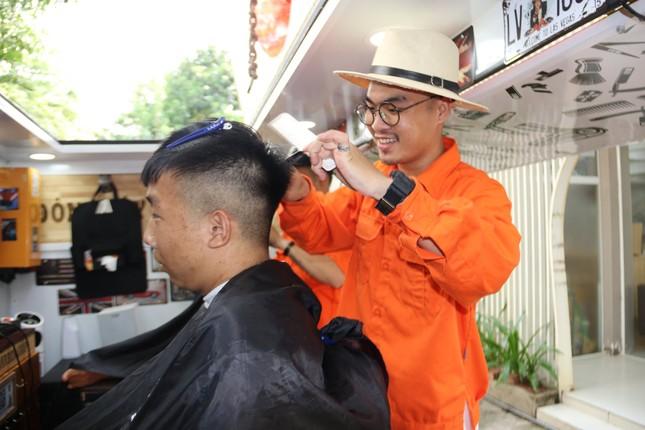 Xe cắt tóc cho sinh viên ở Làng Đại học ảnh 10