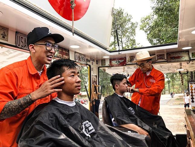 Xe cắt tóc cho sinh viên ở Làng Đại học ảnh 9