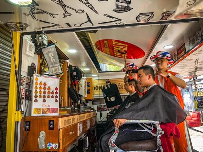 Xe cắt tóc cho sinh viên ở Làng Đại học ảnh 2