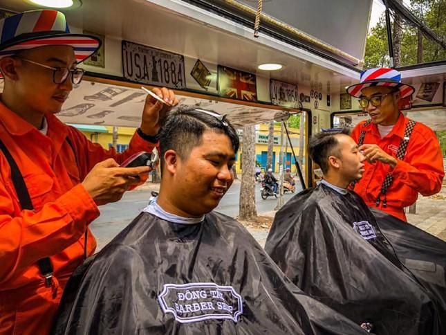 Xe cắt tóc cho sinh viên ở Làng Đại học ảnh 4