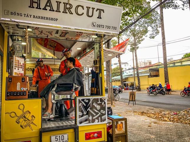 Xe cắt tóc cho sinh viên ở Làng Đại học ảnh 7