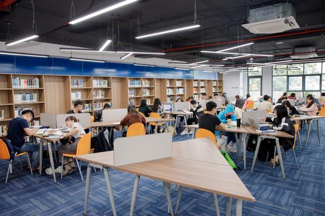 """Sinh viên trường ĐH Kinh tế TP. HCM hào hứng với """"thư viện số"""" kết nối với ĐH Harvard   ảnh 3"""