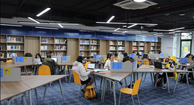 """Sinh viên trường ĐH Kinh tế TP. HCM hào hứng với """"thư viện số"""" kết nối với ĐH Harvard   ảnh 2"""