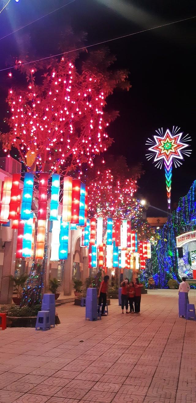 Bạn trẻ Sài Gòn rộn ràng đón Giáng sinh  ảnh 2