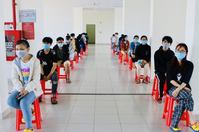 Lấy hơn 100 mẫu xét nghiệm ngẫu nhiên COVID-19 với sinh viên tại KTX ĐHQG TP. HCM ảnh 2