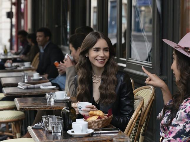 """Chuyên gia trang điểm tiết lộ bí mật tạo nên vẻ đẹp vạn người mê của """"Emily In Paris"""" ảnh 3"""