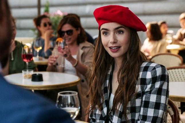 """Chuyên gia trang điểm tiết lộ bí mật tạo nên vẻ đẹp vạn người mê của """"Emily In Paris"""" ảnh 1"""