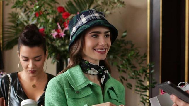 """Chuyên gia trang điểm tiết lộ bí mật tạo nên vẻ đẹp vạn người mê của """"Emily In Paris"""" ảnh 2"""