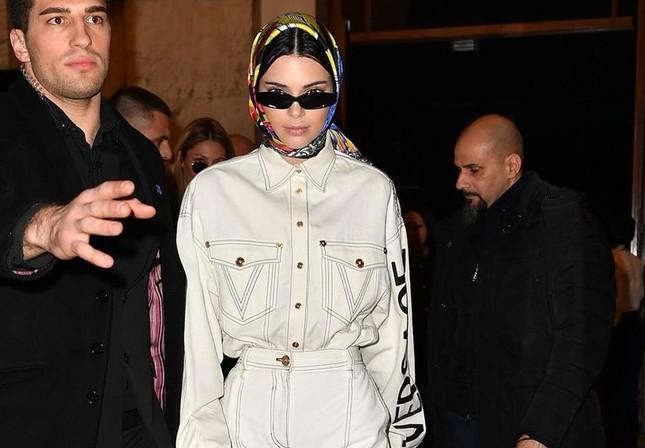 """Gợi ý cách buộc khăn sành điệu cho các cô gái theo kịp trend trong """"Emily in Paris"""" ảnh 6"""