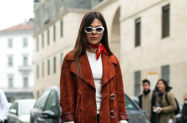 """Gợi ý cách buộc khăn sành điệu cho các cô gái theo kịp trend trong """"Emily in Paris"""" ảnh 4"""