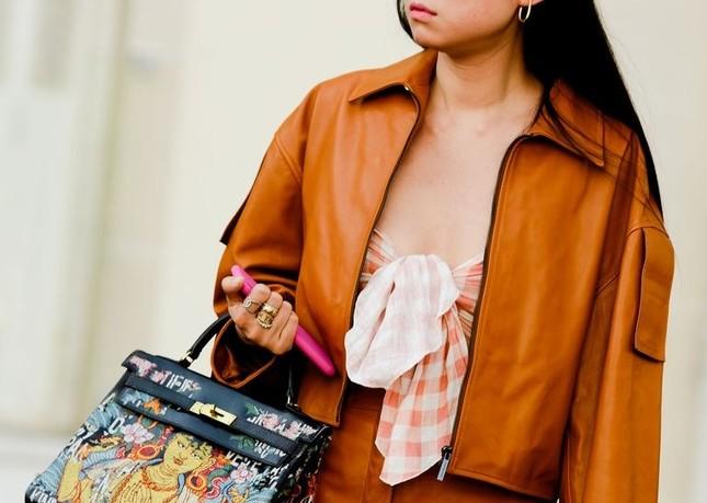 """Gợi ý cách buộc khăn sành điệu cho các cô gái theo kịp trend trong """"Emily in Paris"""" ảnh 1"""